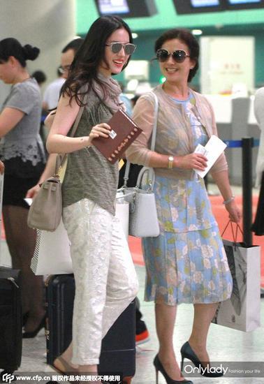刘亦菲戴Dior墨镜,洋气又知性,妈妈背Dior Lady