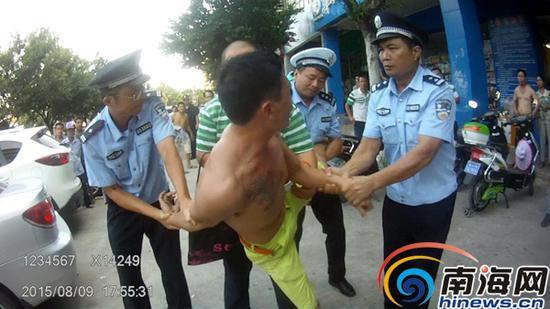 四人联手将嫌犯擒获。(视频截图,由海口警方提供)