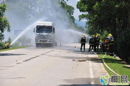 琼中一油罐车爆胎引发了火灾