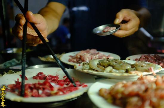 熊哥坚持用祖辈的传统方式烹饪