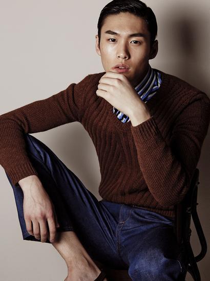 条纹衬衫 V 领毛衣 牛仔裤 均为 Prada