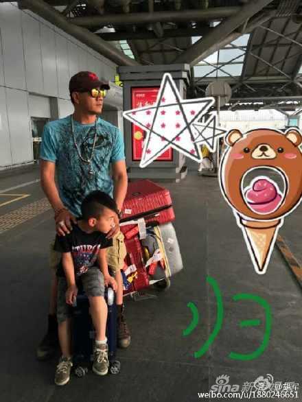 胡军与康康在机场