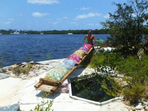 索瓦捡来的矿泉水瓶,造岛的主要材料。