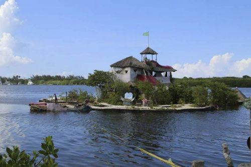 图为索瓦花7年时间用15万矿泉水瓶造的小岛。