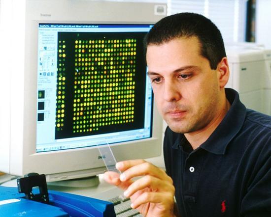 在亚瑟·查理斯·克拉克的经典小说《城市与群星》(The City and the Stars)中,有一台储存着地球永生居民DNA的电脑,只允许很少一部分在某个时间拥有活生生的肉体。2014年,谷歌公司宣布,他们希望把人类的基因组储存在云端。