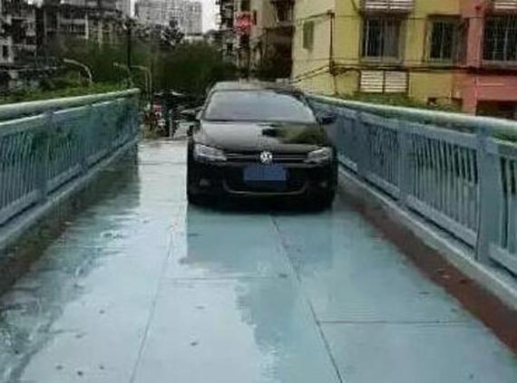 福州车主台风天为避积水 将车开上天桥
