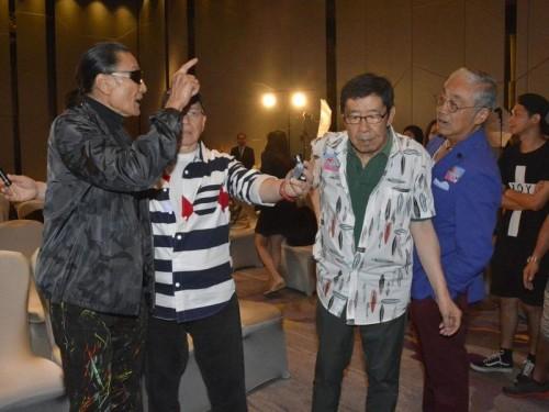 新浪娱乐讯 12日,谢贤、曾江、胡枫及Joe Junior出席《四个小生去旅行》的记者会,其间谢贤激动欲打曾江一巴掌,幸被修哥挡住!