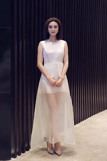 日前,演员甘露应邀出席某品牌时尚庆典,与知名女设计师李薇女士携手