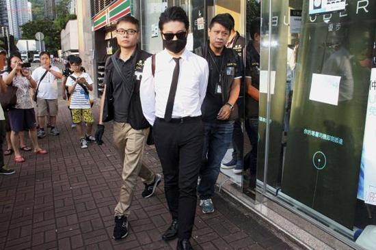 一名Uber工作人员被香港警方带走