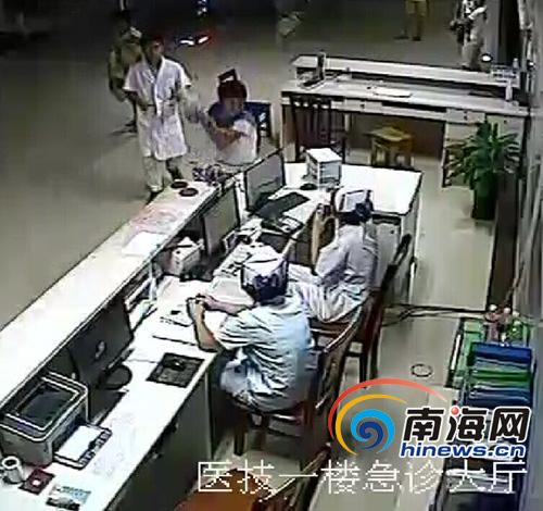患者家属举起呼叫器砸向护士(视频截图)王渝摄