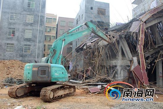 海口龙华区城管局依法对头铺村内违建进行拆除。(龙华区供图)