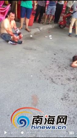 两男子互殴事发现场(网友提供视频截图)