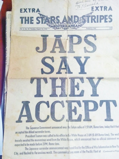 """《星條旗報》號外以四個加粗加大英語單詞""""JAPSSAYTHEYACCEPT(日本說他們投降)""""縱向排列的方式,報導了日本投降的消息。"""