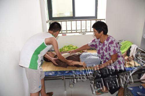 大儿子瘫痪在床,生活无法自理,阿婆常常要给他做按摩
