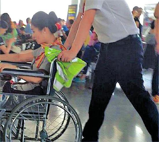 部分旅客,机组人员受伤.航班已于11日14时17分抵达北京.