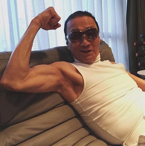 谢婷婷在社交媒体上传爸爸谢贤展示结实手臂的照片。图片来源:香港《明报》网站