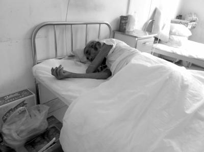 医院病床上的李树荣老人。京华时报记者迟名摄