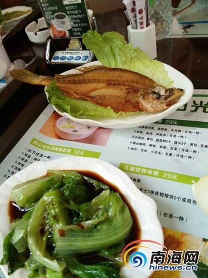 于森咖啡餐厅的香煎黄花鱼套餐中只有半条鱼。( 南海网记者姜飞摄)