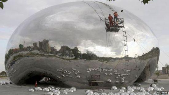 """由不锈钢制成的""""大油泡""""主体及部分""""小油泡""""日前在新疆克拉玛依基本安装完毕。"""