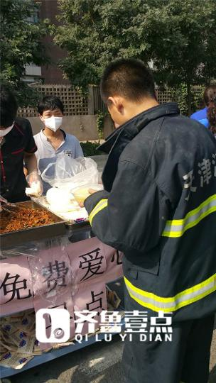 消防员就餐中