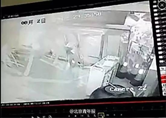 监控视频记录下天津爆炸威力,爆炸冲击波将整个大门和行人瞬间压倒