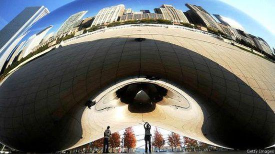 """位于芝加哥心千禧公园里的""""豆子""""(The Bean)是游客最喜欢自拍的地方。"""
