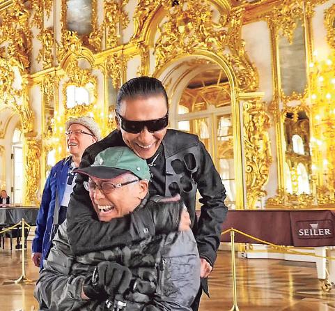 宣扬片中,曾江永劫刻坐轮椅,四哥与他玩到搂搂抱抱,没感有不欢快。(电视图像)
