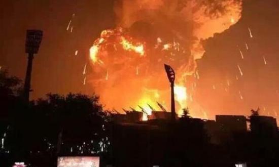 天津滨海新区爆炸后的冲天火光