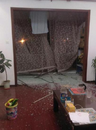 附近居民家被震碎的玻璃