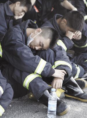 奋战在滨海新区危险品仓库爆炸现场一线的消防官兵