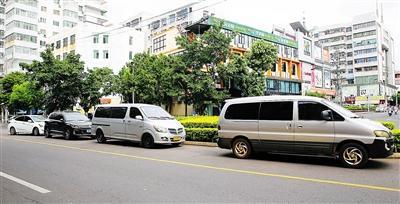 8月13日,在海口市建国路,车辆在没有划线车位内乱停放的现象依然存在。