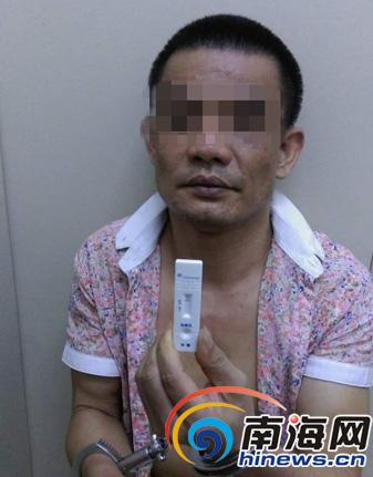 被查出吸毒的郑某。警方供图