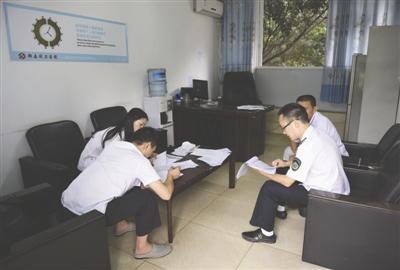 8月12日,郫县卫计局的工作人员在同力医院检查