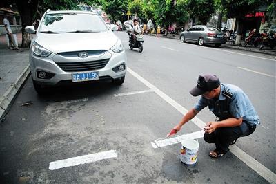 工作人员在划公共停车泊位。