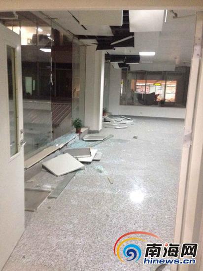 医院天花板被震落。