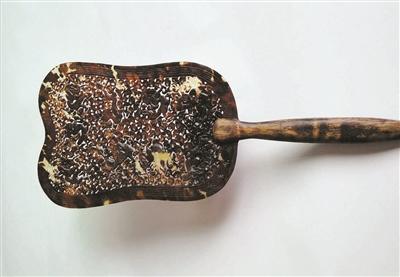 清代九龍浮雕玳瑁扇