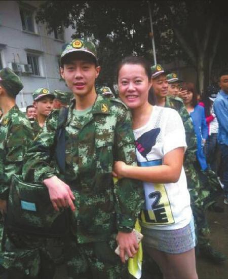袁海参军时,和他姐姐的合影