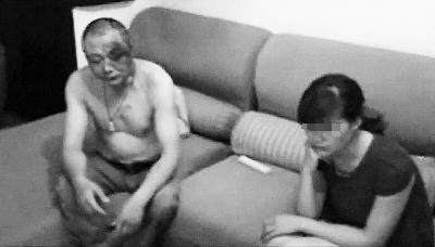 宜宾江安县食药监局副局长被捉奸现场(视频截图)