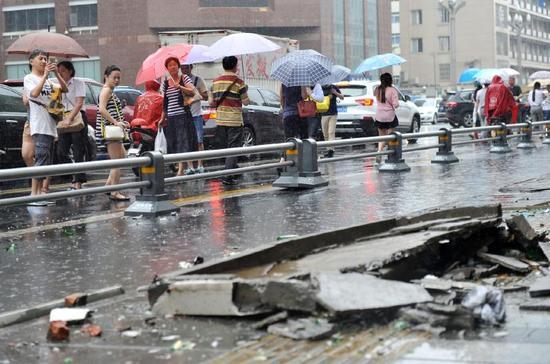 坠落到人行道上的5楼阳台外部水泥挡板。