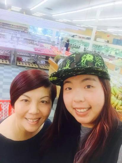 来到超市,爱笑的母女先来自拍一个!