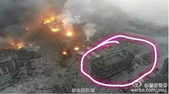 上图红圈部分,就是跃进路派出所的所在地。不难发现,这里与大爆炸发生地的距离,甚至比遭到严重损毁的大型汽车堆放场地还要近。