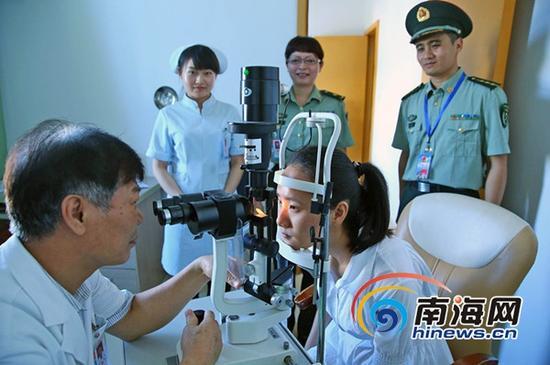 8月14日,海南省征兵办在187医院,组织全省网上初选通过、初审初检合格的164名应征女青年进行了体格复检。(海南日报报业集团全媒体中心记者张茂摄)