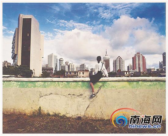 ⬆翁奋的当代艺术作品《骑墙》系列。一个女孩骑在一堵墙上,从远处观望一座城市的诞生,背后是对中国城市发展的深入思考。
