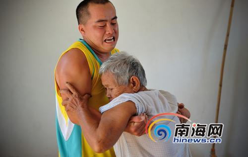 符美菊如今跟孙子生活在一起,老人已经无法行走,出门都要靠孙子王财强抱在轮椅上推出来。