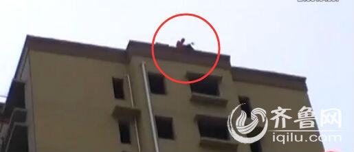 男子在楼顶要跳楼。(视频截图)
