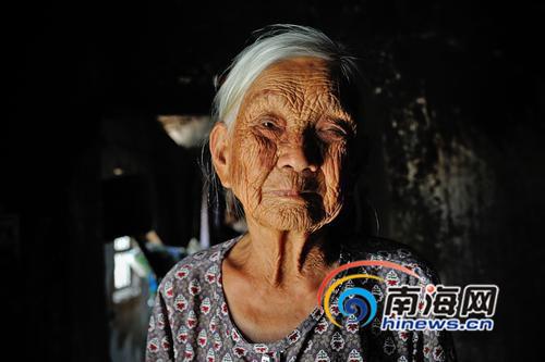 王志凤目前居住在澄迈县中兴镇东岭村委会土龙村,昏暗的小房子里,老人一个人坐在床上,如今她的左眼已经看不清东西。