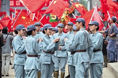 剧中,已经加入中国军队的女主角和中国战友一起庆祝新中国的成立