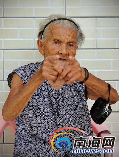"""林爱兰被日军俘虏后遭到毒打,造成终身残疾。她是目前已知的,整个亚洲唯一一名被强逼为""""慰安妇""""的抗日女战士幸存者。老人终身未嫁,最后领养一女孩。"""