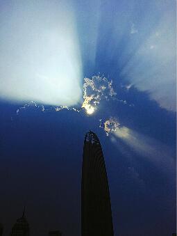 16日下午3时,泉城出现南边阴云北边晴,太阳透过云层形成一道道光芒。 王锋 摄