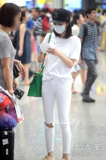 白色T恤搭配白色小脚裤